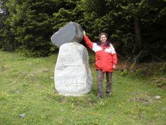 Brigitte Zeising an einer Steinfigur