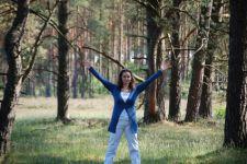 Brigitte Zeising im Wald