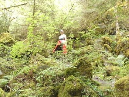 Frau im Wald an einem Hang